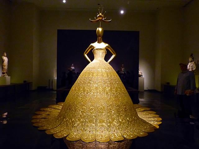 メトロポリタン美術館の特別展、「China Through the Looking  Glass」が現在開催中です!もともとは8月16日、今日までの予定でしたが、期間が延長され、9月7日までの